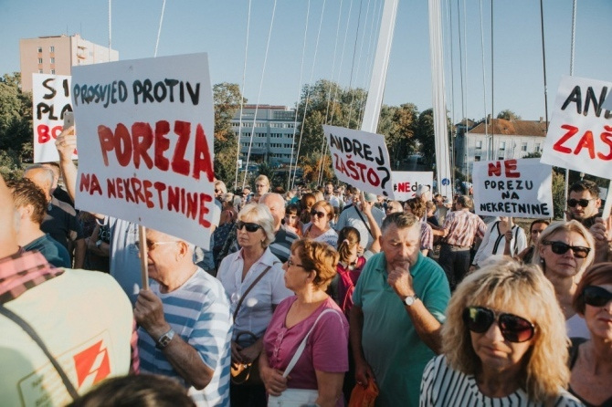 A crowd holding signs at a Croatia demonstration.