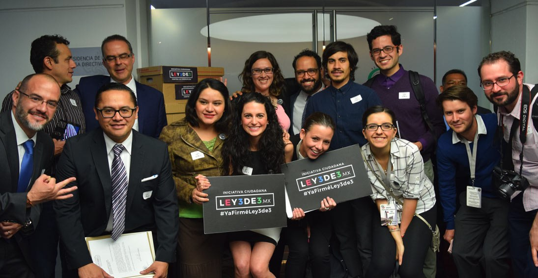 """Part of the IMCO team celebrates the first successful mission of 309,376 signatures in favor of the """"3DE3"""" law on March 17, 2016."""