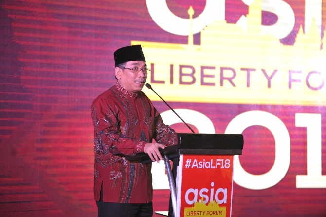 Yahya on stage speaking at the 2019 Asia Liberty Forum.